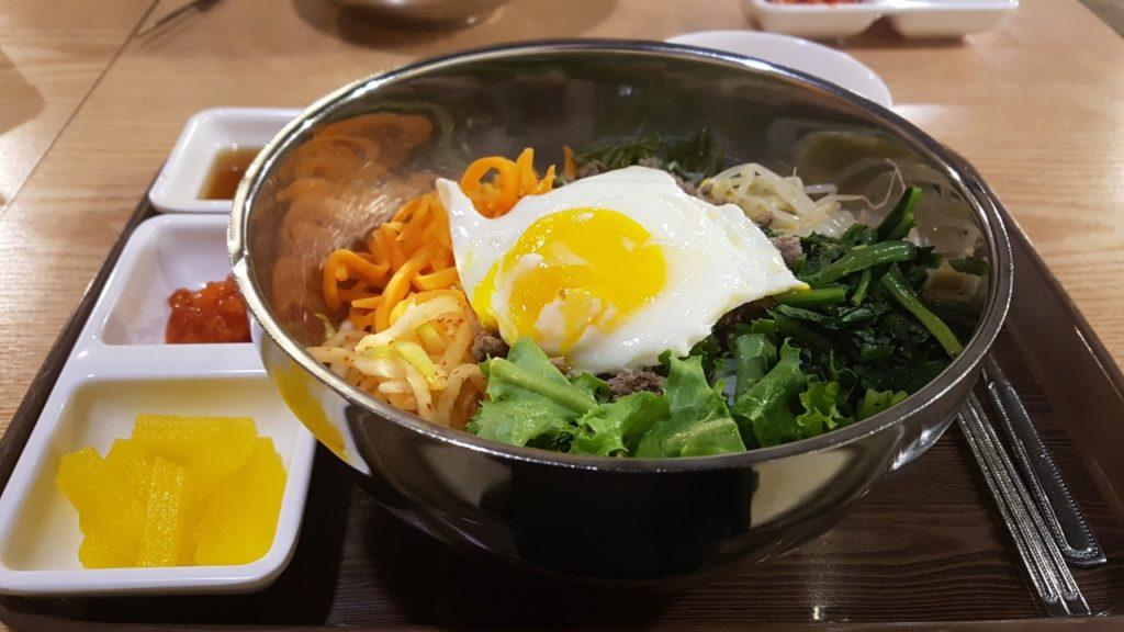Piatto di bibimbap coreano