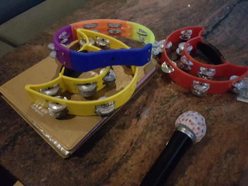 Tamburelli e microfono di un noraebang